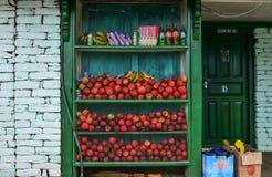 Livsmedelsbutik med äpplefrukter arkivfoto