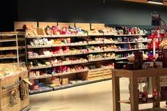 Livsmedelsbutik med det rika sortimentet av gods Tekaffebröd Royaltyfri Fotografi