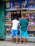 Livsmedelsbutik på den Quezon staden i Manila, Filippinerna Royaltyfria Foton