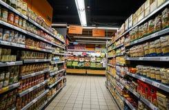 Livsmedelsbutikavdelning i supermarket Arkivbild