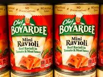 Livsmedelsbutikhyllor som lagerföras med kocken Boyardee Mini Ravioli fotografering för bildbyråer