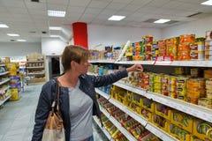 Livsmedelsbutikmatlager i Banska Bystrica, Slovakien arkivbilder