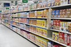Livsmedelsbutiksädesslaghyllor Arkivbild