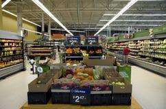 Livsmedelsbutikshopping i det Walmart lagret Royaltyfria Bilder