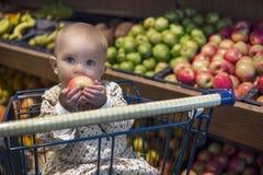 Livsmedelsbutikshopping med behandla som ett barn Arkivfoto