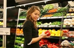 livsmedelsbutikshoppingkvinna Royaltyfria Bilder