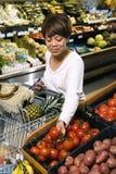 livsmedelsbutikshoppingkvinna royaltyfri fotografi