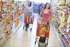 livsmedelsbutikshoppingkvinnor royaltyfria bilder