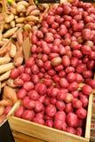 Livsmedelsbutikspjällåda mycket av röda potatisar Arkivfoto