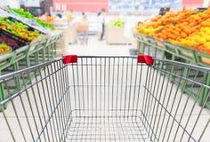 Livsmedelsbutikvagn i fruktavdelning av supermarket Fotografering för Bildbyråer