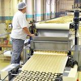 Livsmedelsindustri - ljusbrun produktion i en fabrik på en transportör är royaltyfria bilder