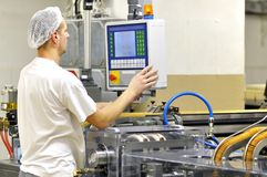 Livsmedelsindustri - ljusbrun produktion i en fabrik på en transportör är royaltyfria foton