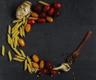 Livsmedelsprodukter - champinjonplatta med tomater Royaltyfri Foto