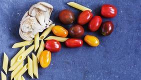 Livsmedelsprodukter - champinjonplatta med tomater Fotografering för Bildbyråer