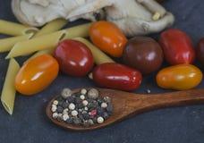 Livsmedelsprodukter - champinjonplatta med tomater Arkivbild