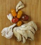 Livsmedelsprodukter - champinjonplatta med tomater Arkivfoton