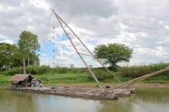 Livsstil av den thai fiskaren som fiskar att smickra, yokyor i Thailand Arkivbilder