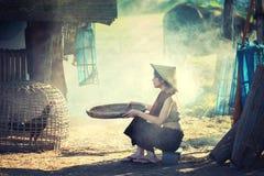 Livsstil av lantliga asiatiska kvinnor i fältbygden Thailand Fotografering för Bildbyråer