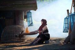 Livsstil av lantliga asiatiska kvinnor i fältbygden Thailand Arkivfoto