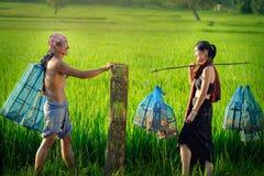 Livsstil av lantliga asiatiska kvinnor och män i fältbygden Arkivbild