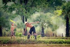 Livsstil av sydostligt asiatiskt folk i fältbygden Tha royaltyfri fotografi
