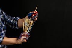 Livsstil för konst för händer för man för konstnärhjälpmedelmålarpenslar royaltyfria bilder