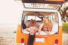 Livsstil för surfareflickastrand royaltyfria foton