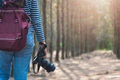 Livsstil för ung kvinna genom att använda taki för lopp för DSLR-kamerafotograf Royaltyfri Foto