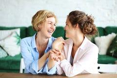 Livsstil-, familj- och folkbegrepp: Lycklig ung kvinna och hennes moder hemma fotografering för bildbyråer