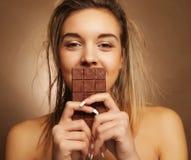 Livsstil-, folk- och matbegrepp: Härlig blond flicka med choklad arkivfoton