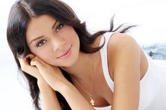 Livsstil. Härlig attraktiv flicka royaltyfria foton
