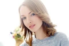 livsstil härlig gullig leendekvinna royaltyfria bilder