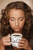 Livsstil-, mat- och folkbegrepp: ung nätt kvinna som dricker kaffe arkivbild