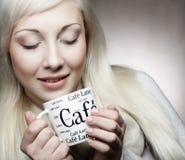 Livsstil-, mat- och folkbegrepp: ung nätt kvinna som dricker kaffe royaltyfria foton