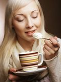 Livsstil-, mat- och folkbegrepp: ung nätt kvinna som dricker kaffe arkivbilder