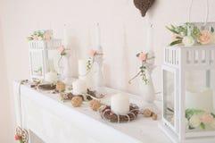Livsstil med stearinljus i inre Hem- dekor dekor för landshus i detaljer lampor som dekoreras med vita rosa blommor Arkivbilder