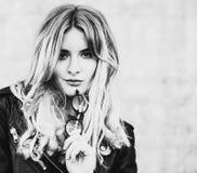 Livsstil, mode och folkbegrepp: blond flicka som poserar över w Royaltyfri Foto