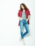 Livsstil, mode och folkbegrepp: Full modell för kvinna för kroppbarnmode som poserar i studio royaltyfri fotografi