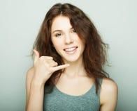 Livsstil, mode och folkbegrepp: ung lockig kvinna som poserar i studio fotografering för bildbyråer