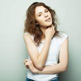 Livsstil, mode och folkbegrepp: ung lockig kvinna som poserar i studio arkivfoton