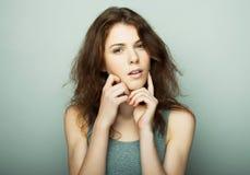Livsstil, mode och folkbegrepp: ung lockig kvinna som poserar i studio royaltyfri fotografi