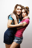Livsstil och folkbegrepp: Dana ståenden av två stilfulla sexiga flickabästa vän, över vit bakgrund lycklig tid arkivbild