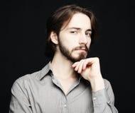 Livsstil och folkbegrepp: den unga mannen har upphetsat uttryck, D arkivfoton
