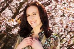 Livsstil och folkbegrepp: För vårsommar för ung kvinna lycklig le tyckande om dag royaltyfria bilder