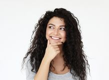 Livsstil och folkbegrepp: H?rlig afrikansk amerikankvinna som t?nker p? n?got royaltyfria bilder