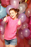 Livsstil och folkbegrepp: Stående av den lyckliga showen för ung kvinna arkivbilder