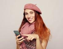 Livsstil och folkbegrepp: Stående av den unga tonårs- flickan som använder mobiltelefonen royaltyfria bilder