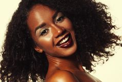 Livsstil och folkbegrepp: St?ende av h?rligt ungt afrikanskt le f?r kvinna royaltyfri bild