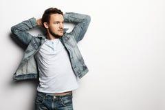Livsstil och folkbegrepp: stilig man, modemodell arkivfoton