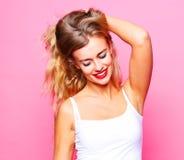 Livsstil och folkbegrepp: Ung gullig le blond flicka över arkivbild